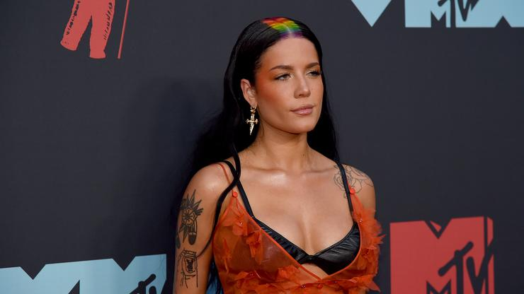 Halsey Sits Next To G Eazy Lookalike At Mtv Vmas Fans Go Wild