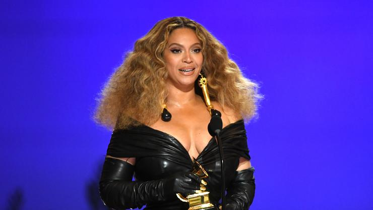 """Beyoncé Stans Sound Off On Twitter After Glamour Magazine Trashes """"Kitty Kat"""""""